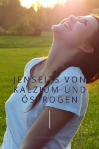 Es sind nicht nur Kalzium und Östrogen: Umdenken bei der Ursache der Osteoporose Osteoporose wird nicht einfach durch eine niedrige Kalziumzufuhr verursacht. Wir alle haben gehört und gelesen, dass Osteoporose durch eine niedrige Kalziumzufuhr verursacht wird, Dr. Ruth Mischnick, Knochen fürs Leben, Feldenkrais Bonn